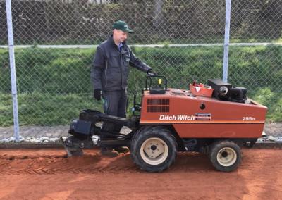 Tennisplatz Bewässerung Fräse